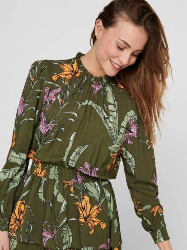 Retro-Only-jurk-green-wild-flowers-model-voor-detail