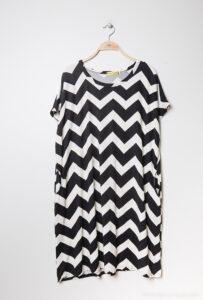 Retro-world-fashion-jurk-zig-zag-zwart-kapstok1